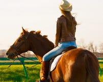 Femme et cheval Haut proche de verticale dos Photos stock