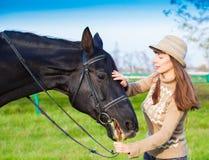 Femme et cheval, pull beige, fin  Images libres de droits
