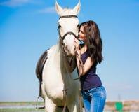 Femme et cheval T-shirt haut de portrait et bleu étroit Photos stock