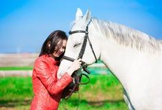 Femme et cheval Veste en cuir haute de portrait et rouge étroite Image libre de droits