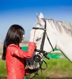 Femme et cheval Veste en cuir haute de portrait et rouge étroite Photos libres de droits