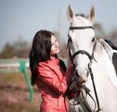 Femme et cheval Veste en cuir haute de portrait et rouge étroite Images libres de droits
