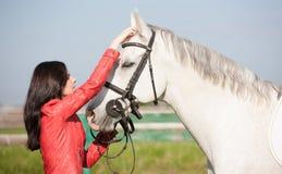 Femme et cheval Veste en cuir haute de portrait et rouge étroite Images stock