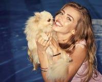 Femme et chien heureux dans la piscine Images libres de droits