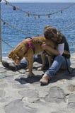 Femme et chien sur la côte Photo stock