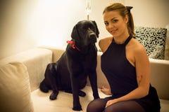 Femme et chien sur un divan Images stock