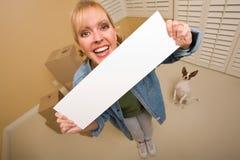 Femme et chienchien avec les cadres mobiles proches de signe blanc Images stock