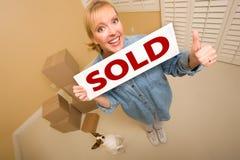 Femme et chienchien avec les cadres mobiles proches vendus de signe photos stock