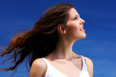 Femme et ciel bleu Photos stock