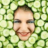 Femme et concombre photo stock