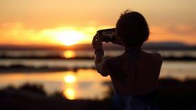 Femme et coucher du soleil image stock