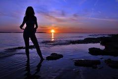 Femme et coucher du soleil images libres de droits