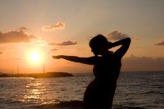 Femme et coucher du soleil Photographie stock libre de droits