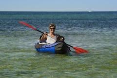 Femme et crabot de kayak Photos stock