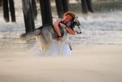 Femme et crabot sur la plage Photos libres de droits