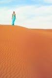 Femme et désert. LES EAU Photographie stock