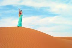 Femme et désert. LES EAU Image libre de droits