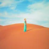 Femme et désert. LES EAU Image stock