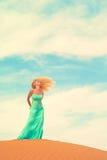 Femme et désert. LES EAU Photos libres de droits
