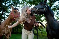 Femme et deux chevaux Photos libres de droits