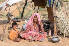 Femme et enfant au occupé le chameau annuel Mela de Pushkar l'Inde Photo libre de droits