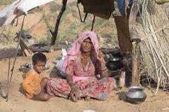Femme et enfant au occupé le chameau annuel Mela de Pushkar l'Inde Images stock