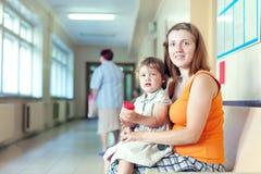 Femme et enfant avec l'échantillon d'analyse d'urine Photos stock