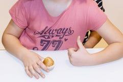 Femme et enfant avec les petits pains faits à la maison Photographie stock