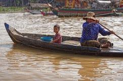 Femme et enfant dans le bateau, sève de Tonle, Cambodge Photographie stock