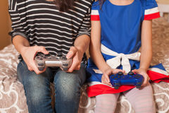 Femme et enfant de plan rapproché jouant la console de jeu Images libres de droits