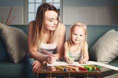 Femme et enfant dessinant à la maison Photos libres de droits
