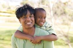 Femme et enfant heureux photo stock