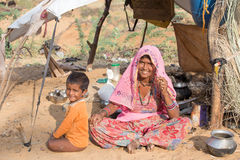 Femme et enfant indiens de mendiant dans Pushkar, Inde Photographie stock libre de droits