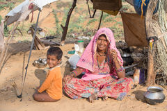 Femme et enfant indiens de mendiant dans Pushkar, Inde Photo libre de droits