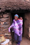 Femme et enfant traditionnels du Lesotho Photographie stock libre de droits