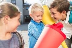 Femme et enfants au jour d'inscription avec des cônes d'école Image libre de droits
