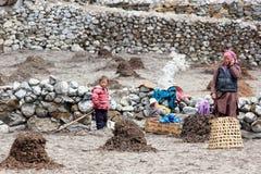 Femme et enfants de Nepali dans le fonctionnement de champ Région d'Everest, Hima Photographie stock