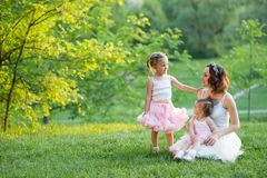 Femme et enfants en nature Photo stock