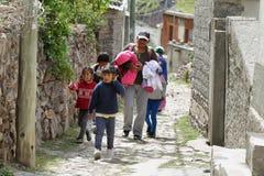Femme et enfants indigènes dans les rues étroites de San Isidro, Argentine Photographie stock