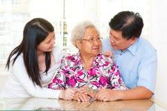 Femme et enfants supérieurs asiatiques Photo stock