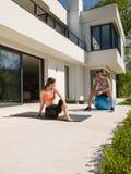 Femme et entraîneur personnel faisant l'exercice avec la boule de pilates photo stock