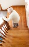 Femme et escaliers aînés heureux Image stock