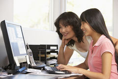 Femme et fille adolescente à l'aide de l'ordinateur Photo stock