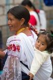 Femme et fille au marché d'Otavalo, Equateur Photo stock