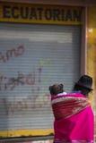 Femme et fille au marché d'Otavalo, Equateur Image stock