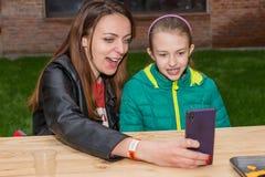 Femme et fille prenant Selfie avec le téléphone portable Photo libre de droits