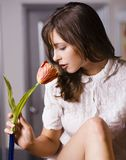 Femme et fleur photographie stock libre de droits