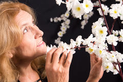 femme et fleurs âgées Images stock