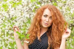 Femme et fleurs de cerisier photo stock