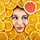 Femme et fruits image stock